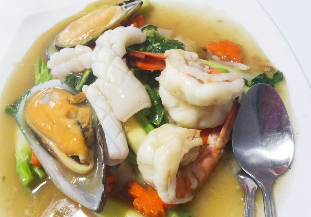 Stir-fried needle with mixed seafood gravy 280.-